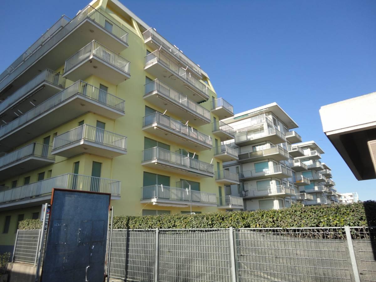 Condominio Fronte mare appartamento con spaziosa terrazza abitabile ...