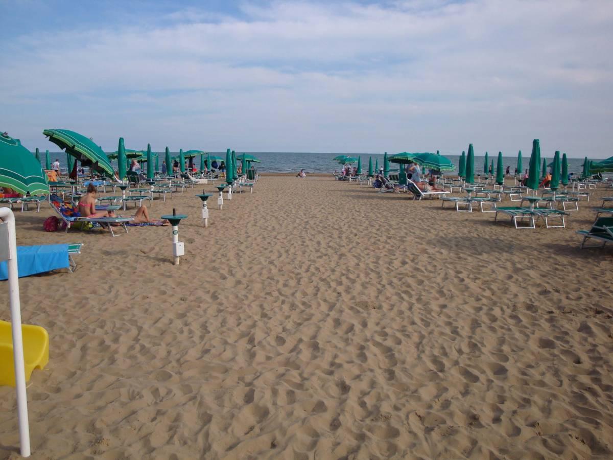 Jesolo lido fronte mare piscina piazza torino immobiliare mazzini jesolo lido ve - Hotel jesolo con piscina fronte mare ...
